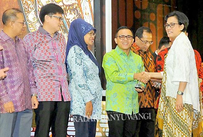 PENGHARGAAN : Menteri Keuangan RI, Sri Mulyani (kanan) menyerahkan piala  penghargaan pada Bupati Abdullah Azwar Anas sebagai kabupaten terbaik di Indonesia dalam Pengelolaan Keuangan Daerah pada Maret 2017 di Jakarta.