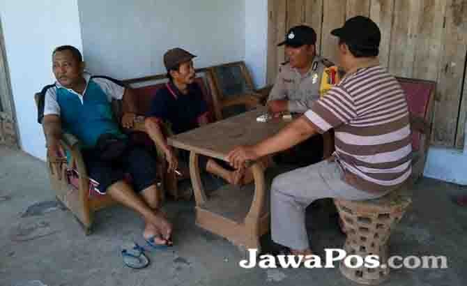 TEGAS: Polisi berbincang dengan warga di Siliragung.