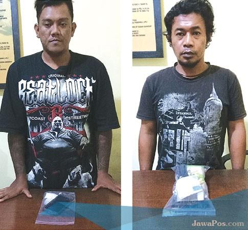 DIAMANKAN: Kedua tersangka Arif Rahmadianto dan Sakep diamankan di Mapolres Banyuwangi berikut barang bukti.