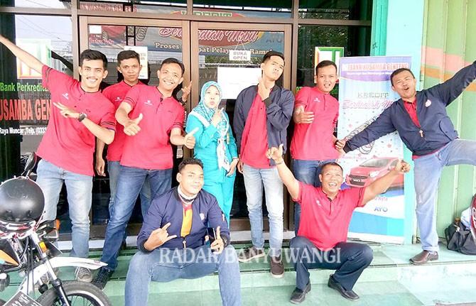 KEBERSAMAAN: karyawan BPR Nusamba usai acara Nusamba peduli sesama dengan bagi-bagi takjil di Pasar Srono.
