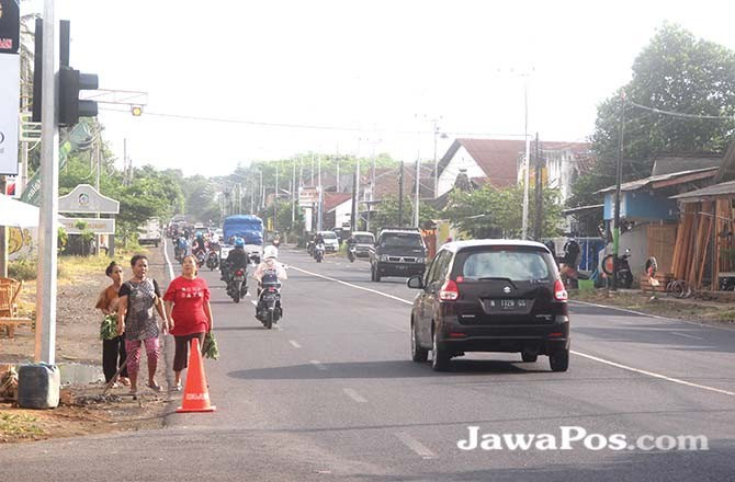 SUDAH TERPASANG: Instalasi traffict light terpasang di simpang tiga Poliwangi, Kecamatan Rogojampi.