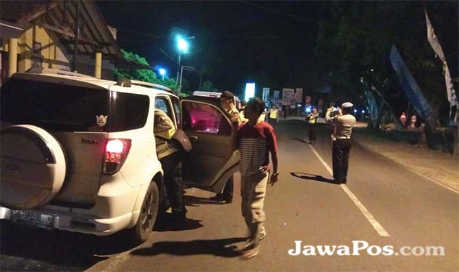 GABUNGAN: Polisi Operasi di jalan raya Cluring.