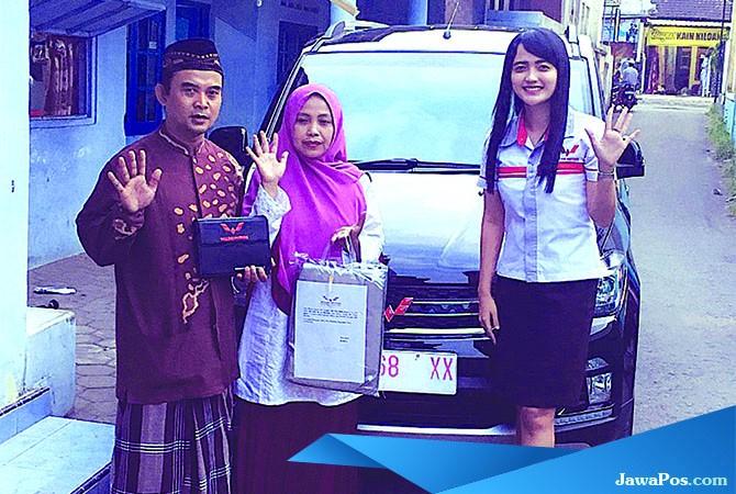 NYAMAN DAN IRIT: Pasutri Saiful dan Muzdalifah dari Desa Cangaan, Kecamatan Genteng, usai membeli Wuling Confero S.