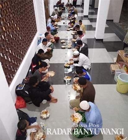 KEBERSAMAAN: Jamaah berbuka puasa bersama di serambi Masjid Salman Al Farisi Banyuwangi kemarin (9/6)
