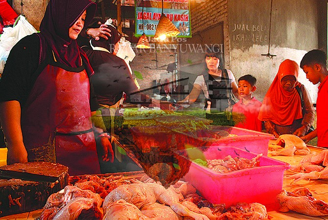 POTONG: Pedagang ayam di Pasar Genteng II, Desa Genteng Kulon, Kecamatan Genteng, melayani pembeli, kemarin (11/6).