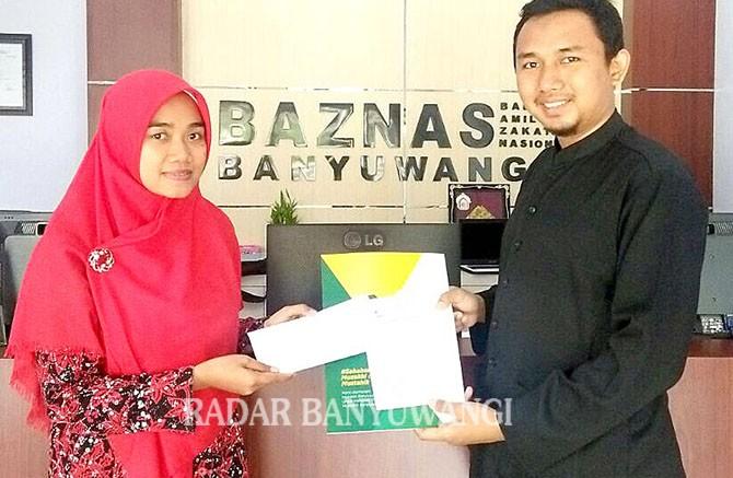 BERKAH: Primadion saat bayar zakat di kantor Baznas Banyuwangi.