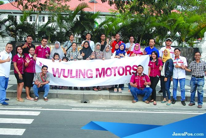 FOTO BERSAMA: Keluarga besar komunitas Wuling Motors WLCI Banyuwangi usai bagi-bagi takjil Minggu (10/6).