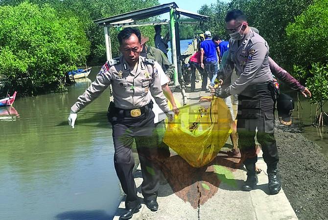 EVAKUASI: Anggota Polisi dan warga mengevakuasi jenazah korban yang baru ditemukan di Segoro Anakan kawasan TNAP Dusun Asembagus, Desa Purwoagung, Kecamatan Tegaldlimo, Minggu siang (1/7).