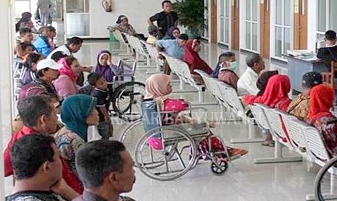 TERTIB: Pasien siap menerima layanan kesehatan di Poli Rawat Jalan RS Al Huda.