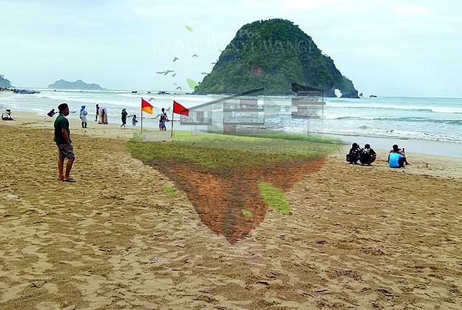 MENGGULUNG: Pengunjung wisata Pantai Pulau Merah menepi karena ombak yang tinggi, kemarin (9/7).