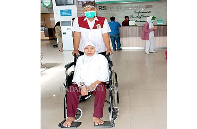 KURSI RODA: Transporter membantu mengantar pasien di RSUD Blambangan Banyuwangi.