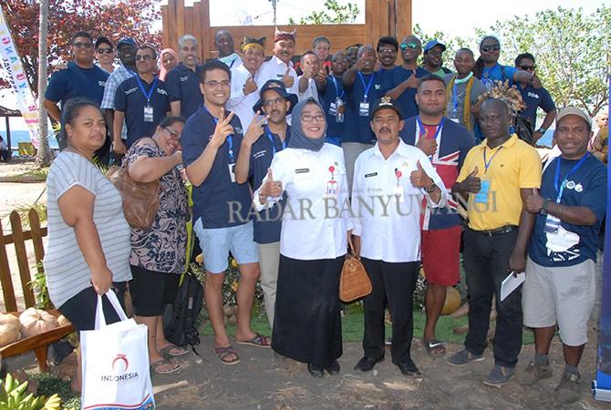 FOTO BERSAMA: Wabup Yusuf Widyatmoko saat bersama delegasi 24 negara NAM CSST kemarin.