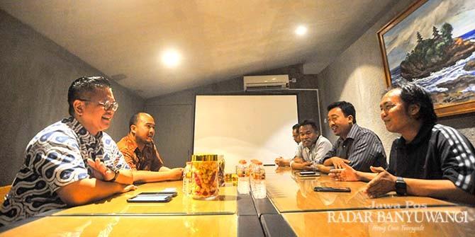 SILATURAHMI: Head of Regional Corporate Communication Go-Jek Alfianto Domy Aji (kiri) dan City Head Go-Jek Banyuwangi Dimas Pritanto diterima Direktur JP-RaBa Samsudin Adlawi, Jumat malam (26/10).