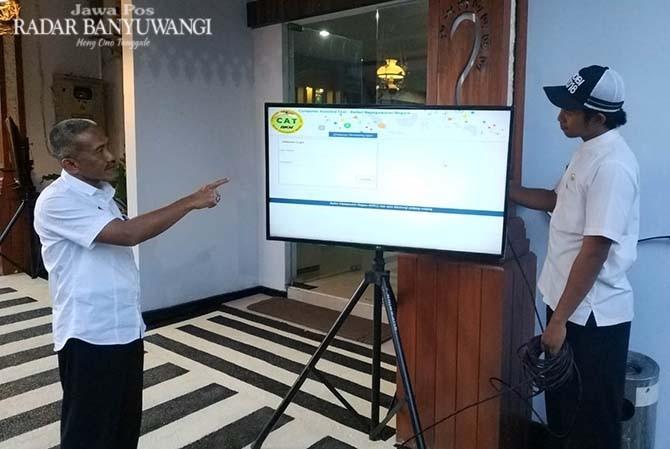 NILAI ONLINE: BKD menyiapkan dua layar monitor untuk melihat hasil tes bagi para peserta tes CPNS.