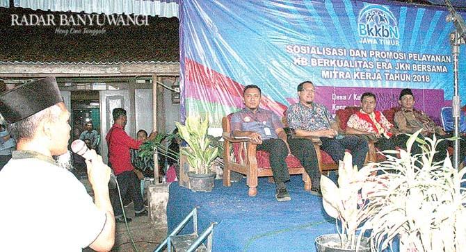 PROMOSI: Sosialisasi tentang KB oleh BKKBN Jawa Timur di Desa Sambimulyo, Kecamatan Bangorejo, Jumat malam (2/11).