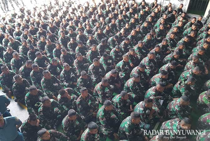 SIAP BELAJAR: Ratusan siswa TNI AL menerima  materi dari pelatih di atas geladak KRI Surabaya, Minggu (4/11).