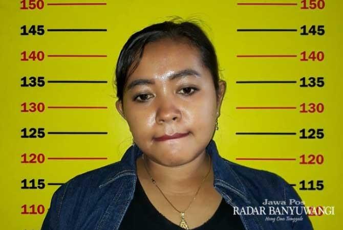 TERSANGKA: Ella Homsiyah usai menjalani pemeriksaan di Unit Reskrim Polsek Rogojampi.