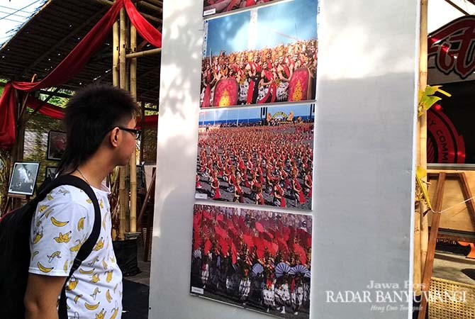 GANDRUNG: Pengunjung menikmati keindahan karya lukis dan fotografi di Gedung Wanita Paramitha Kencana Banyuwangi.
