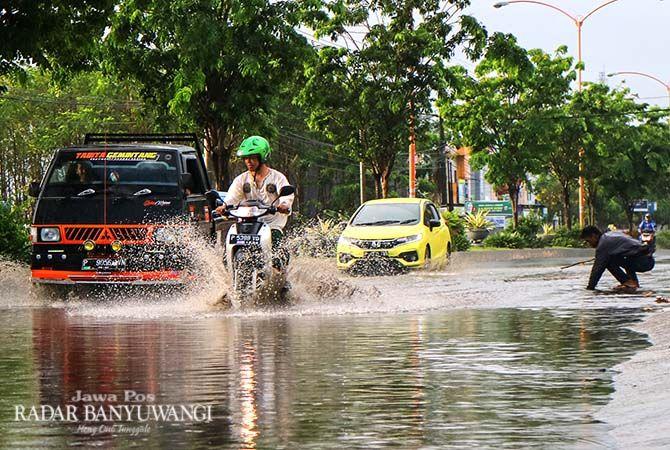 MELUBER: Luapan air menggenang di Jalan Yos Sudarso, Kelurahan Klatak, Kecamatan Kalipuro.