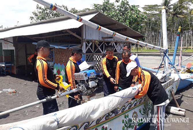 CEK PERAHU: Tim dari KSOP dan Dinas Perhubungan Provinsi Jawa Timur melakukan pengukuran kapal nelayan di Pantai Cemara, Banyuwangi.