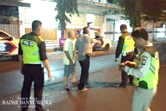 OLAH TKP: Polisi membuat sket laka di Jalan Argopuro, Situbondo.