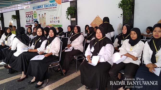 SELEKSI: Peserta SKD formasi Honorer K-2 menunggu ujian dimulai di kantor BKD Banyuwangi, Senin (11/11).