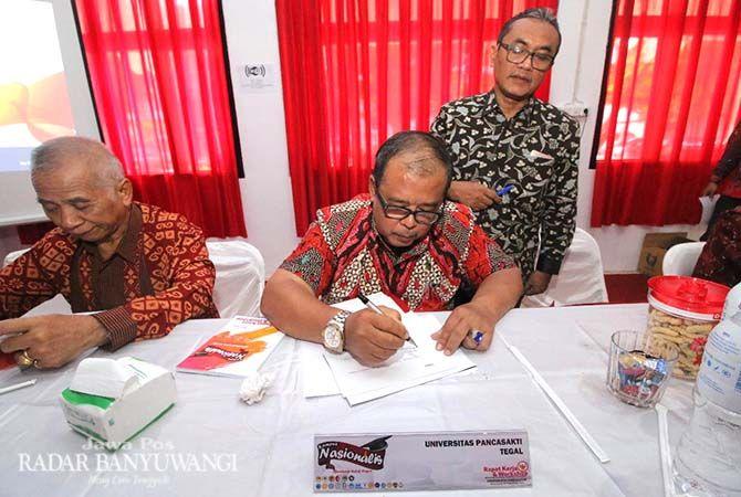 TEKEN: Rektor Untag Banyuwangi Drs Andang Subaharianto, MHum menyaksikan penandatanganan deklarasi P2TSNI di auditorium Untag Banyuwangi, Sabtu siang (10/11).