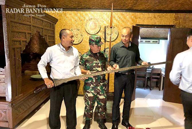 REHAT SEBELUM LATIHAN: Chief of Staff-General Staff Brigadier General  Siew Kum Wong (kanan), Waspam KSAD Brigjen TNI Makmur Umar (tengah)  memegang keris berusia ratusan tahun koleksi Utomo Dauwis (kiri) di Ijen Isun, Desa Banjarsari, Glagah.
