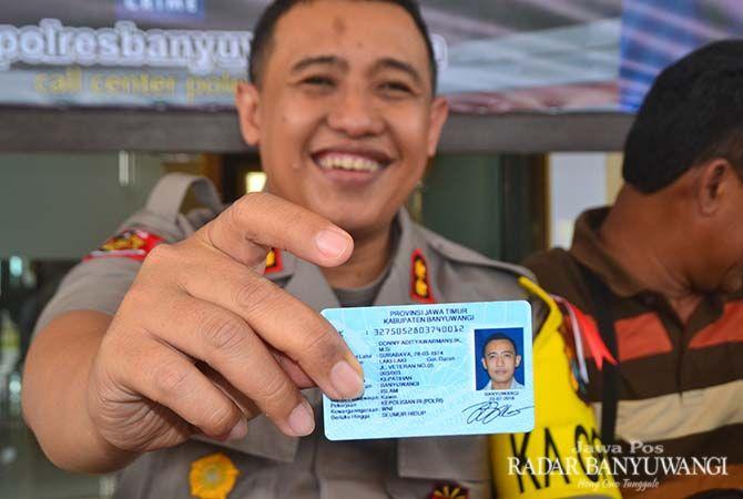 BUKTI CINTA BANYUWANGI: AKBP Donny Adityawarman menunjukkan KTP Elektronik sebagai bukti menjadi warga Banyuwangi.