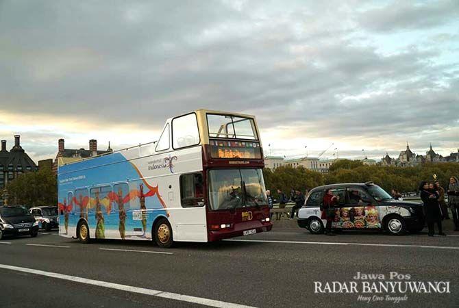WONDERFUL INDONESIA: Bus bergambar penari gandrung melintas di jalanan Kota London, Inggris.