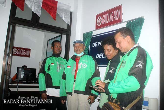 SIAP ANTAR OBAT: Mitra Go-Jek stand by di shelter  pelayanan pengantaran obat Gancang Aron RSUD Blambangan