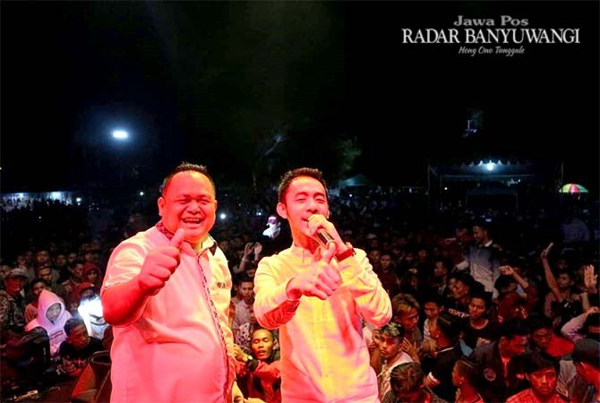 SAPA KONSTITUEN: Dokter Agung Mulyono bersama Wandra di Desa Sumbermulyo, Kecamatan Pesanggaran, Sabtu malam (10/11).