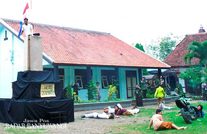 HEROIK: Para siswa SMAN 1 Bangorejo dalam drama kolosal perobekan bendera Belanda di Hotel Yamato, Surabaya