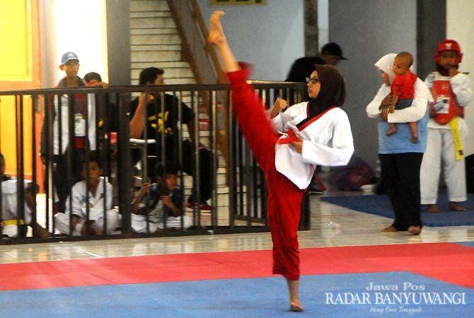 BIBIT BARU: Kejuaraan Kabupaten (Kejurkab) Taekwondo Banyuwangi digelar di aula SDN model.