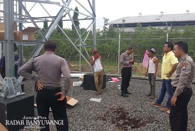 TKP: Anggota Polsek Genteng  mendatangi lokasi terjatuhnya Bambang Hadi Purwanto, 45, di area tower Desa Setail, Genteng, Selasa (13/11).