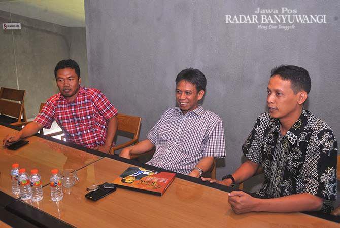 BINTANG TAMU: Dari kiri Pemred JP RaBa Syaifuddin Mahmud, Mantan Bupati Bondowoso Amin Said Husni, dan GM JP-RaBa Bayu Saksono di Grha Pena Banyuwangi Sabtu (17/11).