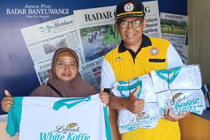SEHAT CERIA: Muhammad Kholid dari Koorwilkersatdik Pesanggaran memborong 20 tiket jalan sehat ceria di kantor Jawa Pos Radar Genteng Jalan KH Hasyim Asyari, Genteng, Sabtu (17/11).