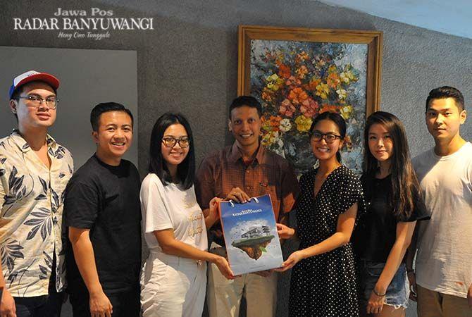 "KUNJUNGAN: GM JP-RaBa Bayu Saksono menyerahkan buku ""Jelajah Pantai Timur"" kepada Miss Indonesia 2014 Maria Rahajeng didampingi Elizabeth Sastrayu Rahajeng, dan Venny Haditanojo di Grha Pena Banyuwangi"