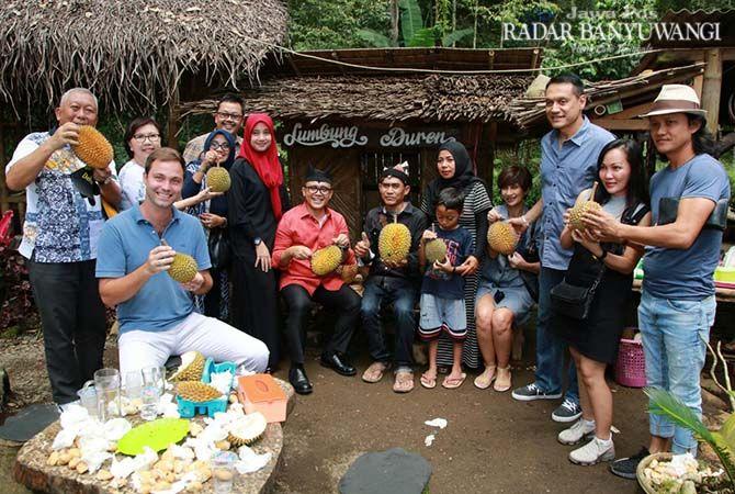 PAKAR DURIAN: Solikin (tiga dari kanan) bersama Bupati Anas memamerkan durian di Pondok Durian Songgon.
