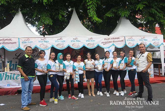GPA Luwak White Koffie Jawa Timur Vicky foto bersama SPG sebelum pelaksanaan jalan sehat.
