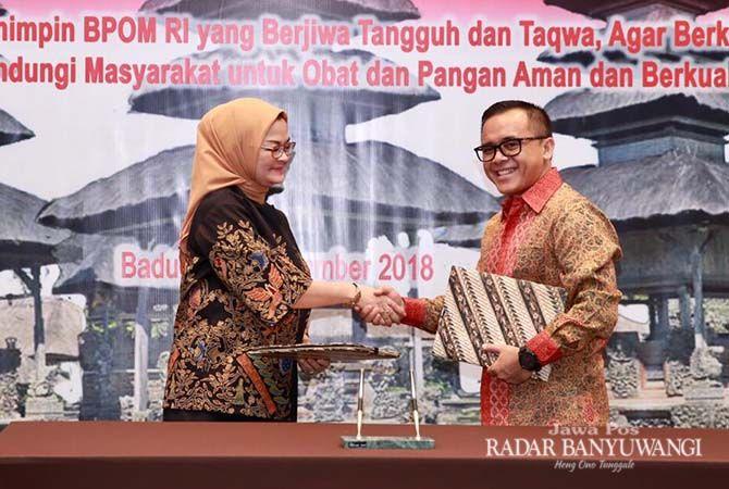 MOU: Bupati Anas dan Penny Kusumastuti menandatangani nota kesepahaman kerja sama pembukaan layanan BPOM di MPP Banyuwangi. Penandatanganan dilakukan di Bali Jumat lalu (30/1).