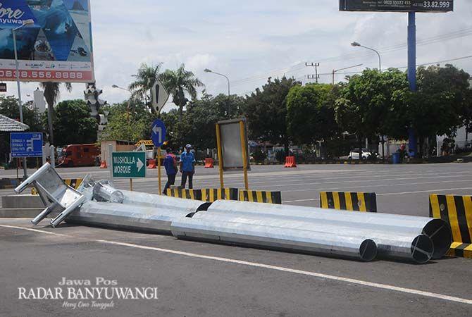 SIAP DIPASANG: Tiang penopang lampu penerang siap dipasang di Pelabuhan Ketapang.