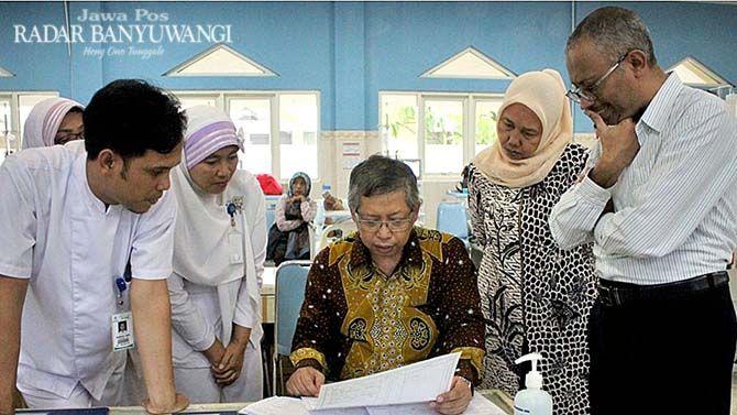 CUCI DARAH: Pernefri Korwil Jatim mengunjungi Instalasi Hemodialisa di RS Al Huda Gambiran, Banyuwangi, Kamis lalu (29/11).