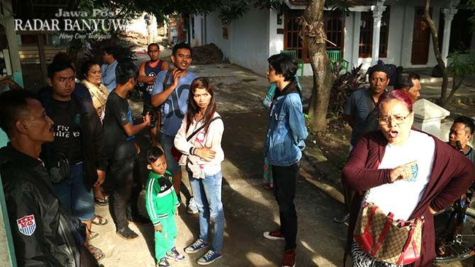 MENUNGGU BUS PENGGANTI: Indah dan kedua anaknya yang masih kecil, Luki dan Davin,  selamat dari maut ketika bus yang ditumpangi celaka di Ketapang.