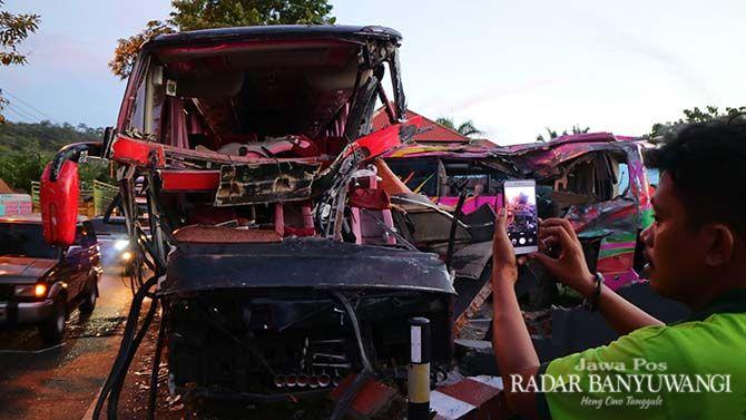 RINGSEK: Bodi depan dan samping bus Bali Radiance (kiri) maupun  Tiara Mas rusak parah. Kedua bus sarat muatan tersebut terlibat adu jangkrik  di sebelah selatan Hotel Baru Dua Beach pukul 23.45, Rabu (16/12).