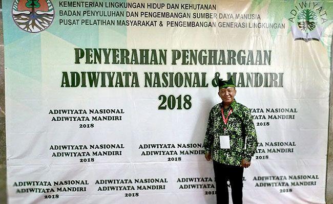 SEMANGAT: Kepala SMPN 2 Srono Sukirno dalam acara penyerahan penghargaan adiwiyata nasional dan mandiri 2018 di Jakarta.