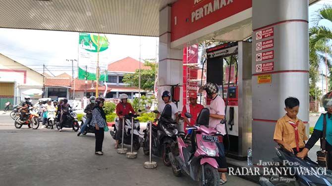 PASCA TURUN HARGA: Konsumen antre mengisi BBM di SPBU Jalan Banterang, Banyuwangi, Sabtu (5/1).