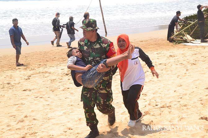Simulasi tsunami di Pantai Pancer, Banyuwangi, justru membuat warga setempat tak kuasa menahan tangis mengenang peristiwa yang mereka alami pada 1994 silam.