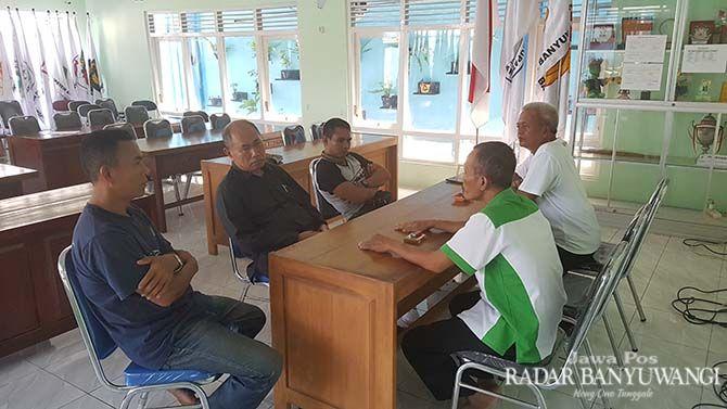 TUNGGU KEPASTIAN: Pengurus KONI berdiskusi dengan beberapa cabor yang berencana memberangkatkan atletnya di Porprov Jatim 2019 mendatang.
