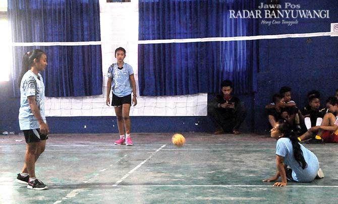 DEMI PORPROV: Atlet sepak takraw bertanding di Kejurkab Sepak Takraw Banyuwangi di Aula UNIBA, Sabtu (13/1)